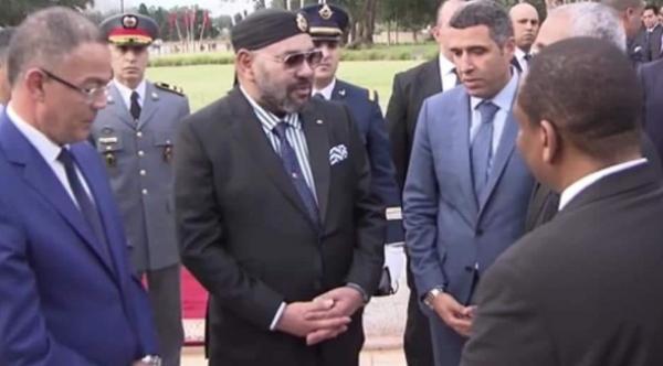 """بعد ملاحظة دقيقة من جلالته...التفاتة رائعة من الملك """"محمد السادس"""" تجاه النجم """"التيمومي"""" خلال تدشين مركز كرة القدم بالمعمورة"""