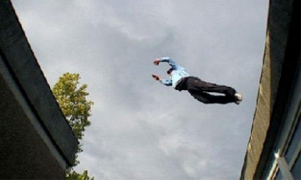 عاجل... شاب يلقي بنفسه من سطح منزله ويفارق الحياة في مشهد مروع -صورة-