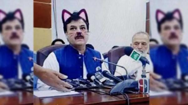 """وزير باكستاني يظهر كـ""""قطة"""" في بث مباشر لمؤتمر صحافي..ما القصة؟"""