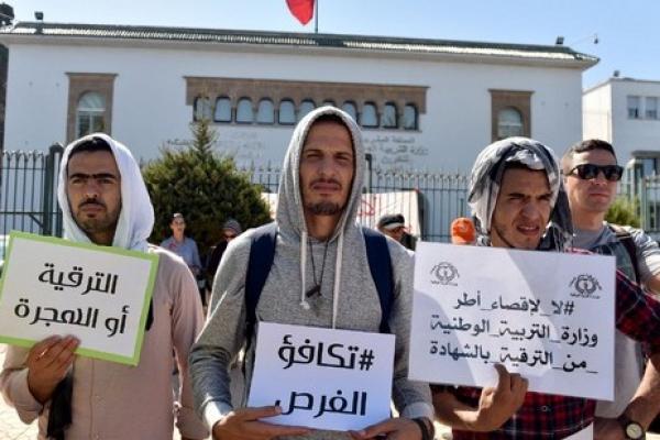 """""""الترقية أو الهجرة"""" شعار رفعه أساتذة غاضبون في وجه """"أمزازي"""""""