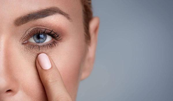 علاج بسيط يقضي على هالات العين