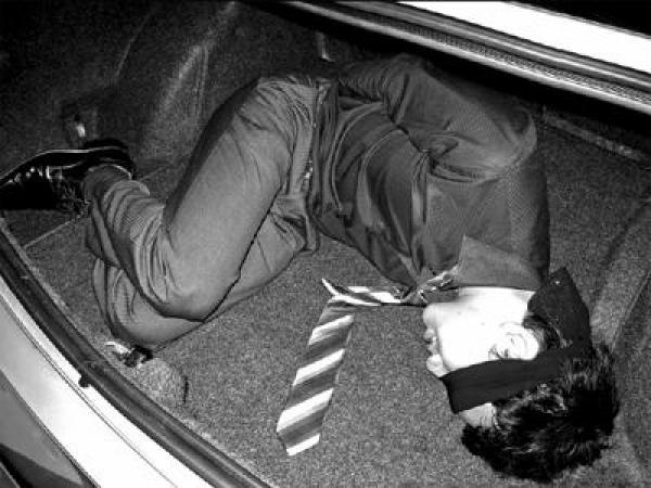 على شاكلة أفلام هوليود: اختطاف شاب من طرف سيارة سوداء ورميه أمام مستشفى العرائش مدرجا بالدماء