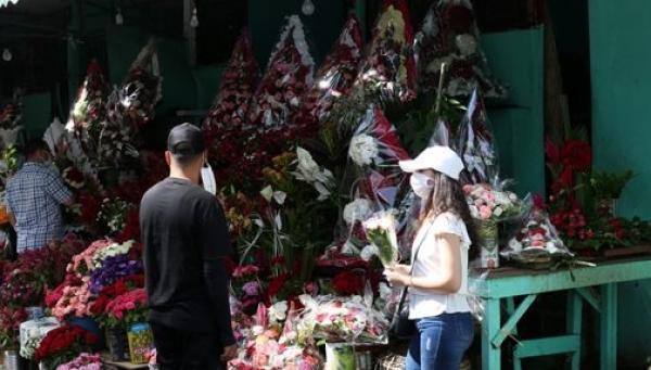 احتفالات السنة الميلادية بنكهة كورونا.. تراجع الإقبال على شراء الحلويات والورود