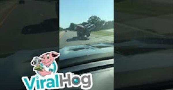 مشهد غريب لشاحنة صغيرة تحمل سيارتين دفعة واحدة (فيديو)