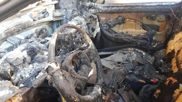 النيران تلتهم سيارتين مركونتين بالشارع والوقاية المدنية تستنفر عناصرها
