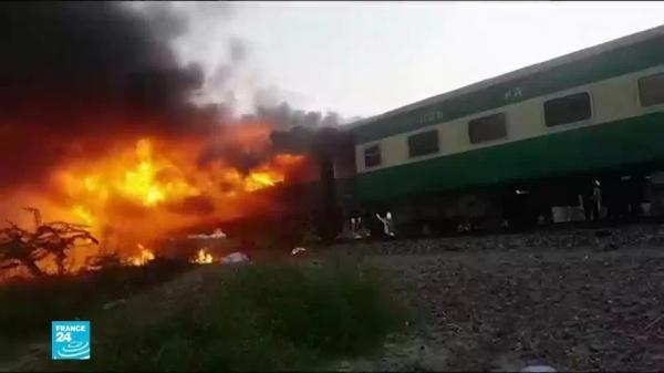 65 قتيلا على الأقل في حريق قطار ركاب في باكستان