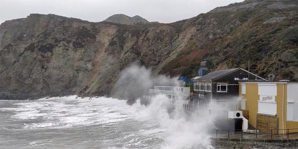 """العاصفة """"دينيس"""" تجتاح بريطانيا متسببة في فيضانات قوية وتعليق مئات الرحلات الجوية (فيديو)"""
