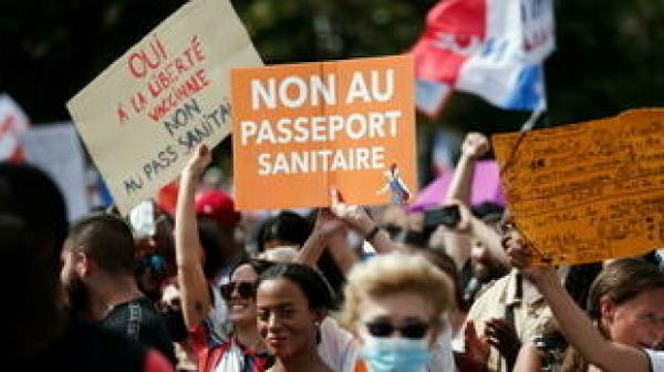 """فرنسا: عشرات الآلاف يحتجون على إلزامية التطعيم و""""التصريح الصحي"""""""