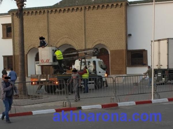 """أمير المؤمنين يؤدي صلاة الجمعة بـ""""مسجد البلدية"""" بمدينة الصويرة"""