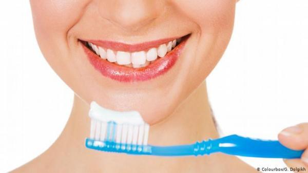 دراسة : فرشاة أسنانك تحمل 10 ملايين نوع من البكتيريا