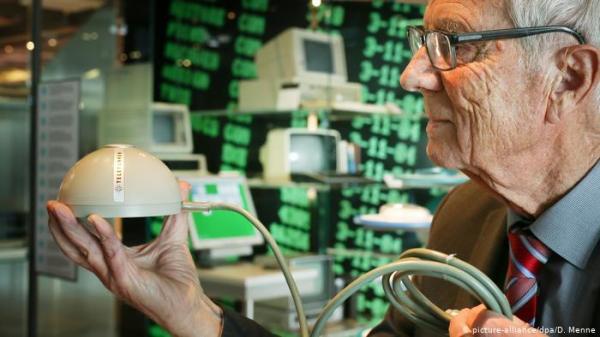 """المخترع """"المنسي"""" صاحب أول فأرة حاسوب على الإطلاق"""