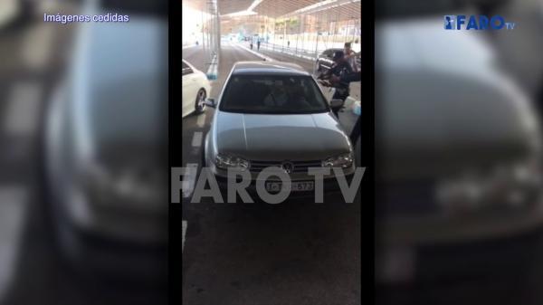 """فيديو جديد لـ""""الكاميكازي المغربي"""" يظهر كيف أشهر سكينا كبيرا في مواجهة الأمن قبل الوصول إلى سبتة (فيديو)"""