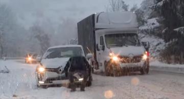 فرنسا: الثلوج تتسبب في وفاة شخص وانقطاع الكهرباء عن عدة مناطق وإلغاء رحلات القطارات