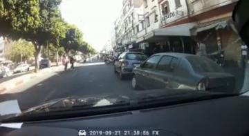 الدارالبيضاء : شاهد كيف تعرضت فتاة للسرقة من طرف شابين على متن دراجة نارية