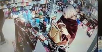 امرأة تسرق محل أدوات تجميل