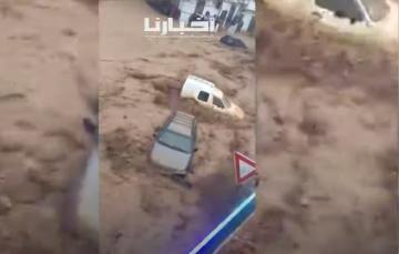 أمطار رعدية تغرق شوارع تطوان وتجرف سيارات المواطنين