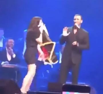 فتاة تقتحم المسرح وتحضن كاظم الساهر أثناء إحياء حفل غنائي في تركيا