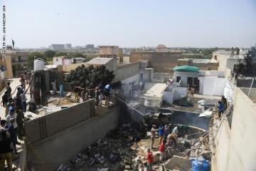 تحطم طائرة ركاب باكستانية قرب كراتشي بمنطقة مأهولة بالسكان وهلاك 106راكب