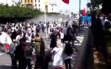 """""""الزرواطة"""" وخراطيم المياه لتفريق مسيرة الاساتذة المتعاقدين بالرباط"""