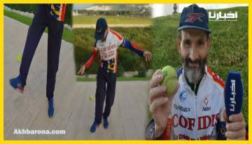 """في عمر الخمسين ..مواطن يكسب قوت يومه من """"كرة مضرب"""" ويشكر كل من يشجعه على الاستمرار"""