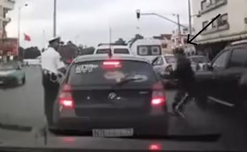 شفار يسرق شخصا داخل سيارته أمام أعين شرطي مرور أثناء تحرير مخالفة له