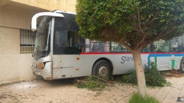 حافلة نقل عمومي ترتطم بعمارة سكنية بسلا وتسبب خسائر مادية
