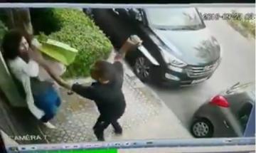 فتاة تدافع عن نفسها أمام باب منزلها بمراكش بعد تعرضها لهجوم بالسيوف من طرف مشرملين