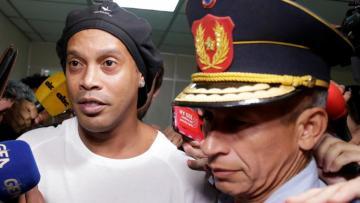 رونالدينيو يخرج من السجن بعد أدائه لكفالة كبيرة