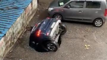 لحظةابتلاع الارض لسيارة  بسبب المطر(فيديو)