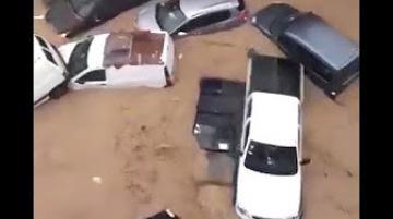مشهد مرعب .. السيول تجرف السيارات بمدينة نابل التونسية