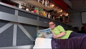 """صاحبة مقهى في بلجيكا تنام في مقر عملها اعتراضاً على """"إجراءات كوفيد-19"""