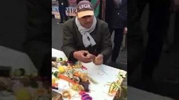 مهاجر مغربي يعرض منتوج بسيط ويبهر الايطاليين بخفة يديه