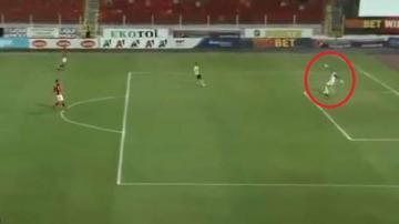 حارس مرمى في الدوري البلغاري يسجل هدفا ضد مرماه بطريقة غريبة