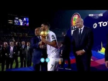 لحظة رفع لاعبي منتخب الجزائر كأس أمم افريقيا 2019