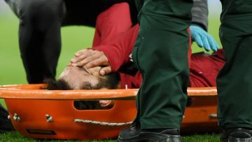 اصابة صلاح المروعة وخروجه من الملعب بمساعدة الإسعاف!
