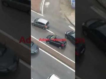 نجاة سائق سيارة من الموت بأعجوبة بعد سقوط باب منزل على سيارته بتطوان !!!