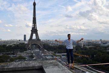بالفيديو :فرنسي يعبر نهر السين على حبل مشدود بين برج إيفل ومسرح شايو
