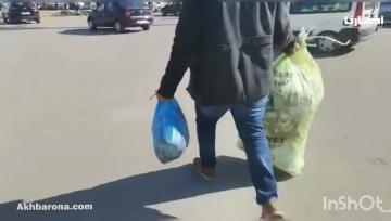 مواطن يرمي الأزبال أمام مدخل جماعة تطوان احتجاجا على تأخر صرف أجرة عمال النظافة