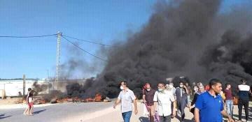 سكان عين بنيان بالجزائر يغلقون الطرقات ويحرقون الإطارات للتنديد بنقص مياه الشرب في بلديتهم