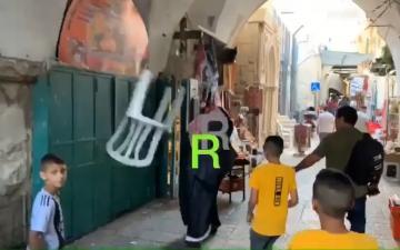 فلسطينيون يطردون سعوديا من المسجد الأقصى بالكراسي والأحذية