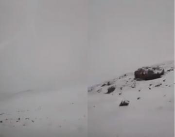 الثلوج تكسو الطريق الرابطة بين أزرو و ميدلت