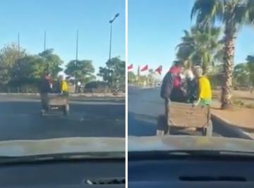سياح أجانب يتجولون بمراكش فوق عربة مجرورة بحمار