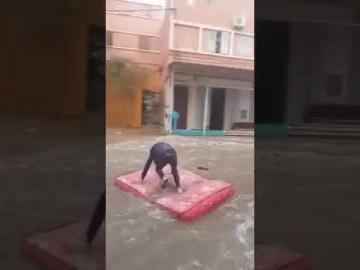 فيديو مضحك...بعد الفيضانات الأخيرة التي عرفها المغرب.. ركوب الامواج أصبح في الشوارع