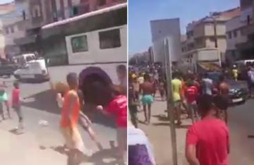 شاهد ماذا فعل مراهقون بحافلة مرت من أمام حيهم