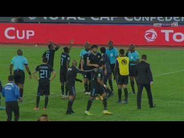شاهد:احتجاج عنيف من لاعبي بيراميدز على الحكم الكاميروني بعد نهاية اللقاء