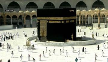 مسلمون يؤدون صلاة الفجر في المسجد الحرام بعد أشهر من الانقطاع بسبب كورونا