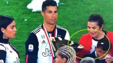بالفيديو.. رونالدو يضرب ابنه بالكأس الذهبية ولم ينتبه!