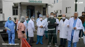 أطباء و ممرضو مستشفى سانية الرمل بتطوان يعلنون أول حالة شفاء من فيروس كورونا المستجد بالمدينة