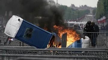 """اشتباكات بين الشرطة ومحتجي """"السترات الصفراء"""" في باريس عقب انتهاء احتفالات العيد الوطني"""