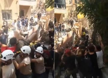 انتشال شاب من تحت أنقاض مبنى تضرر بانفجار مرفأ بيروت وهو على قيد الحياة
